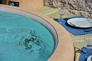 Pool mit Teller und Gläsern